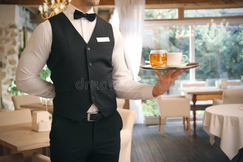 Kelner porci herbata przy restauracją zdjęcia royalty free
