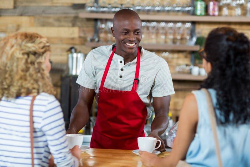 Kelner porci kawa żeński klient fotografia royalty free