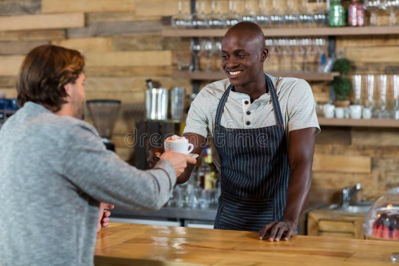 Kelner porci kawa męski klient fotografia royalty free