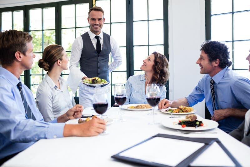 Kelner porci sałatka ludzie biznesu zdjęcie stock