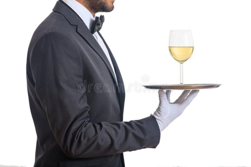 Kelner porci wino na tacy zdjęcia stock