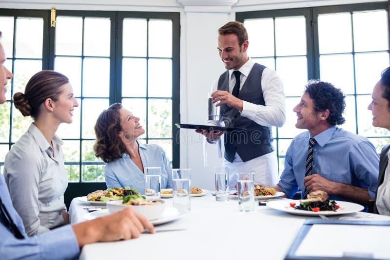 Kelner porci woda ludzie biznesu zdjęcie royalty free