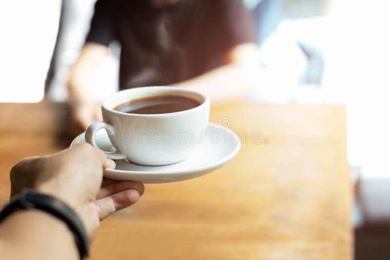 Kelner porcji kawa klient w sklepie z kawą w ranku zdjęcie royalty free
