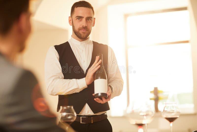 Kelner Presenting Wine royalty-vrije stock fotografie