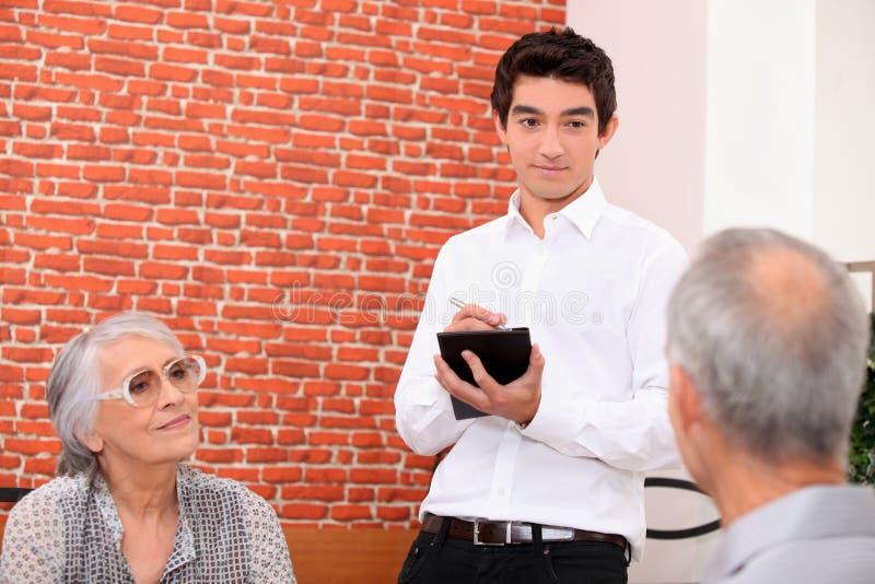 Kelner in restaurant stock fotografie