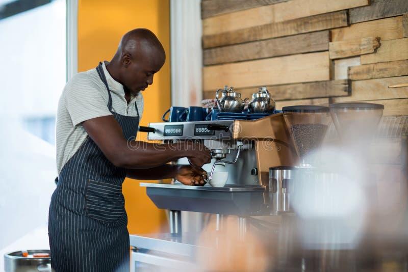 Kelner robi filiżance kawy fotografia stock