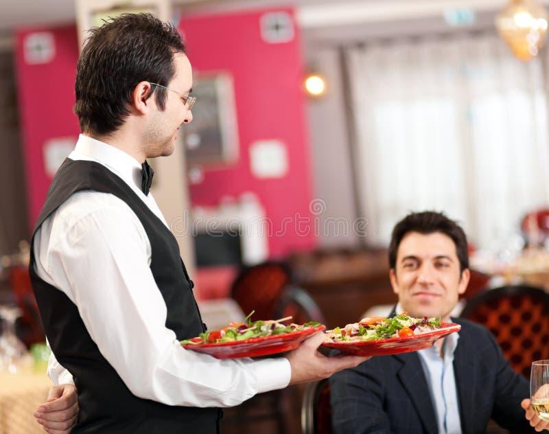 Kelner słuzyć dennego jedzenie fotografia stock