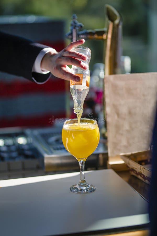 Kelner słuzyć szkło Pomarańczowa soda w słońcu zdjęcie royalty free