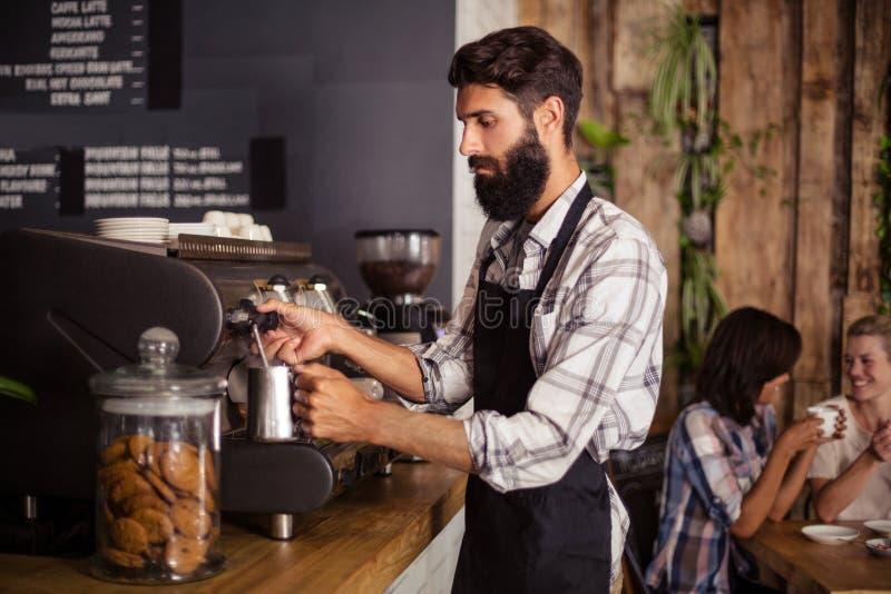 Kelner używa kawową maszynę zdjęcia stock