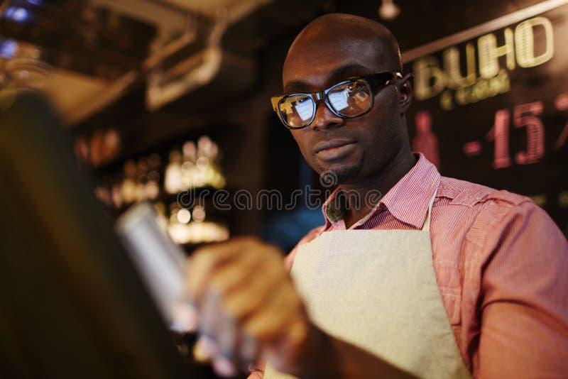 Kelner używa terminal zdjęcie royalty free
