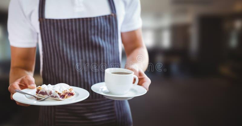 Kelner w połowie sekcja z kawą i tarta przeciw rozmytej restauraci zdjęcia royalty free