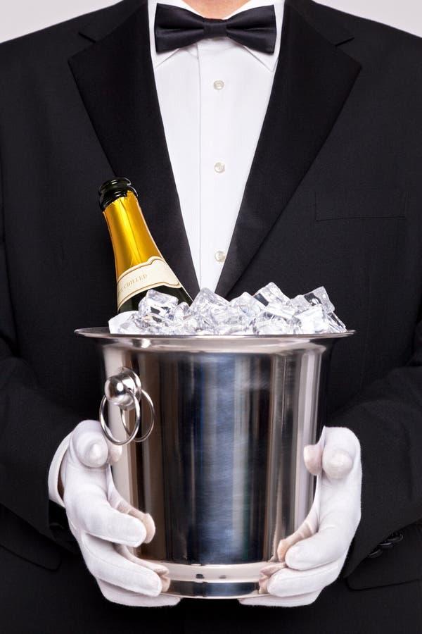 Kelner z szampanem w srebnym wiadrze obraz stock