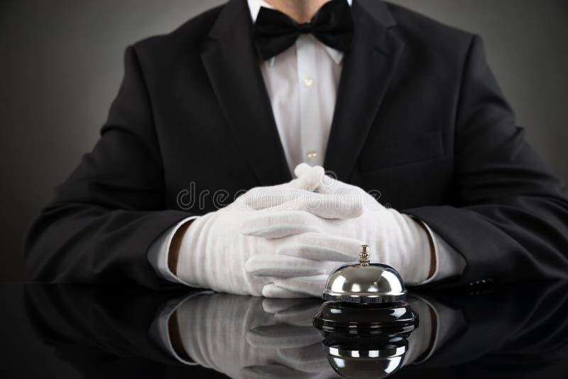 Kelner Z Usługowym Bell Przy biurkiem zdjęcia royalty free