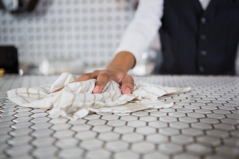 Kelnera cleaning baru kontuar obrazy royalty free