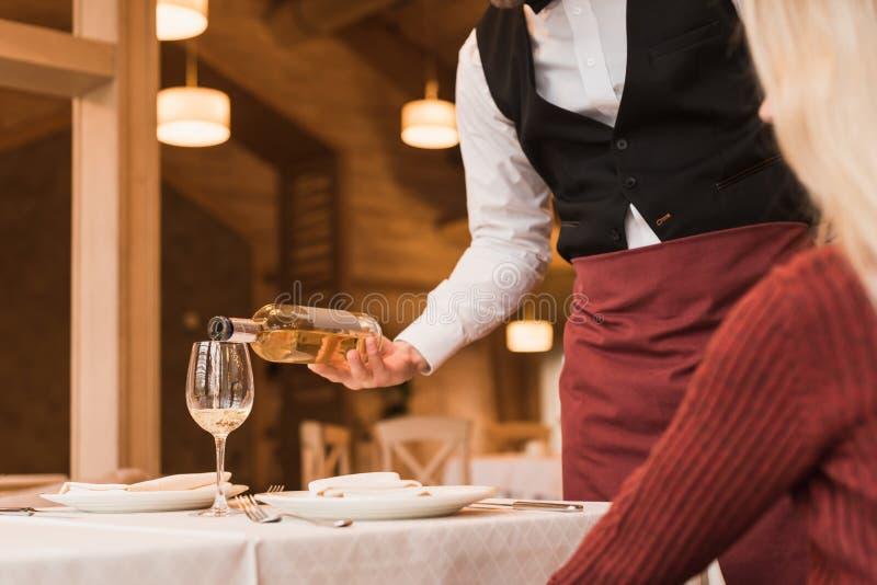 Kelnera dolewania wino w szkło zdjęcia stock