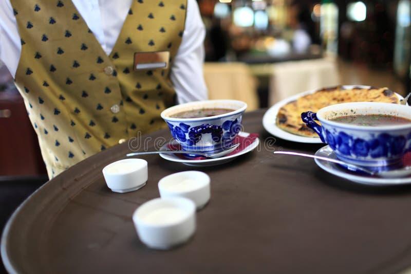 Kelnera mienia taca z talerzami polewka fotografia royalty free