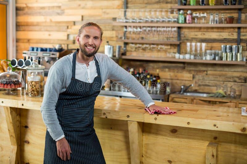 Kelnera obcieranie odpierający z pieluchą w café obrazy royalty free