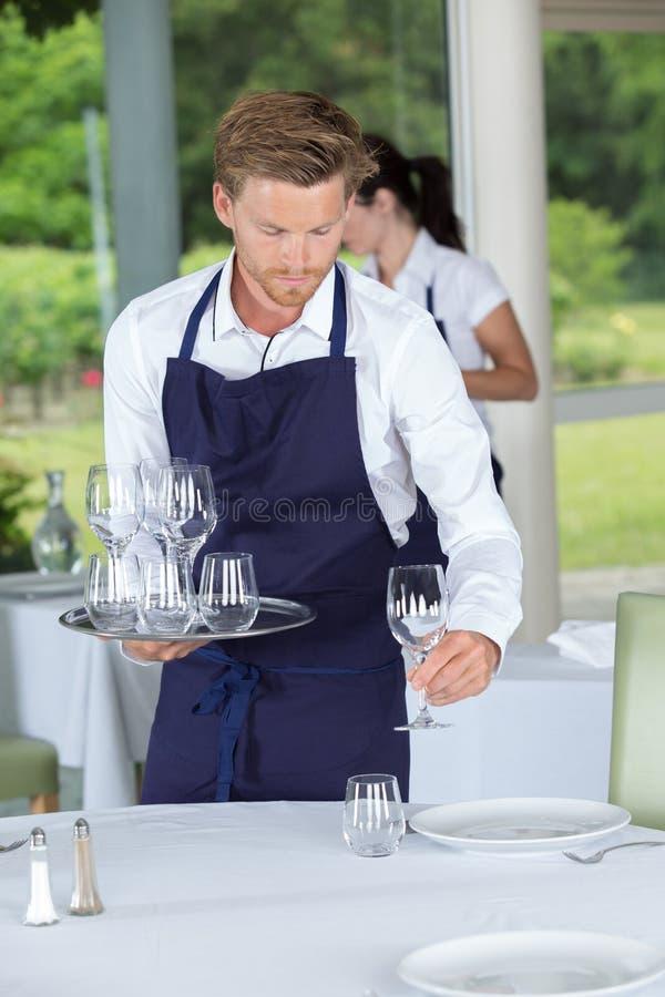 Kelnera położenia stół w barze zdjęcia stock