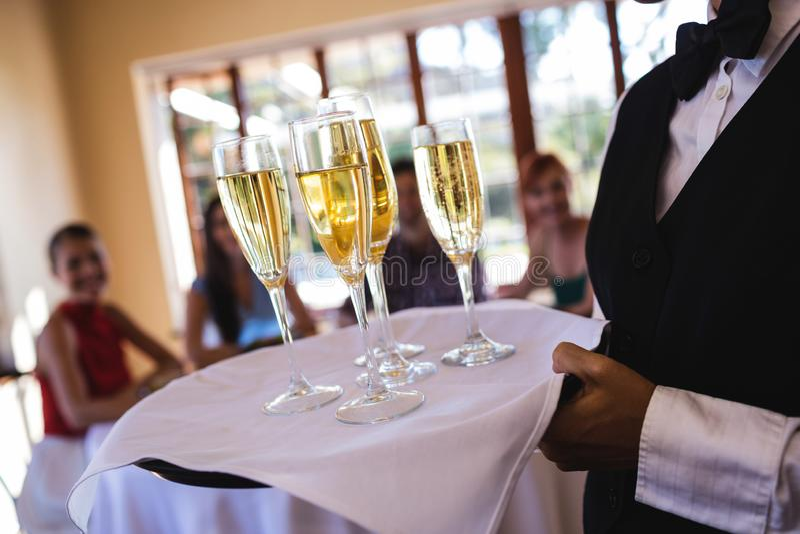 Kelnerek szampańscy szkła na tacy w restauracji zdjęcia stock