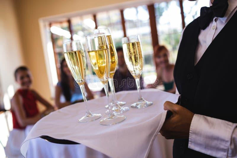 Kelnerek szampańscy szkła na tacy w restauracji obraz royalty free