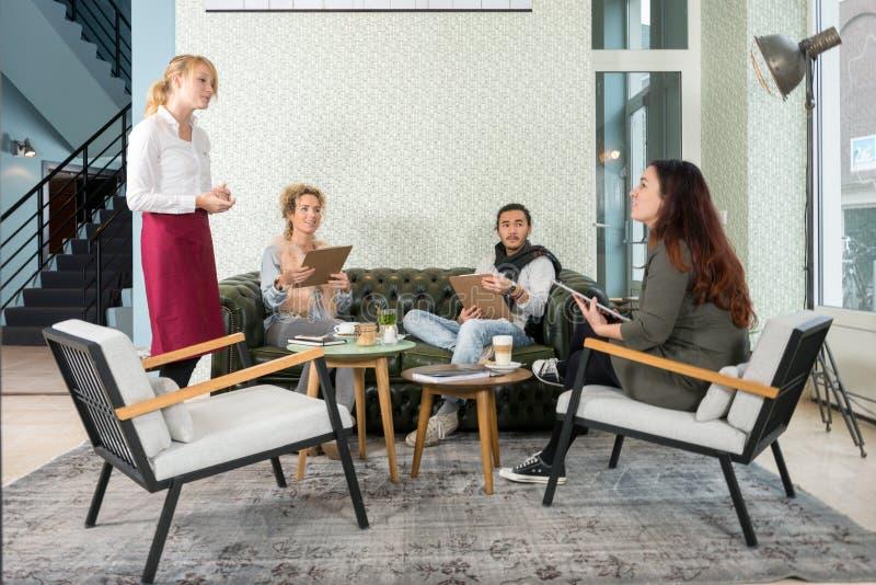 Kelnerka Bierze rozkaz Od klienta W kawiarni zdjęcia royalty free