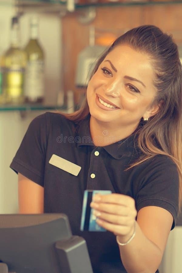 Kelnerka przy kasą fotografia royalty free
