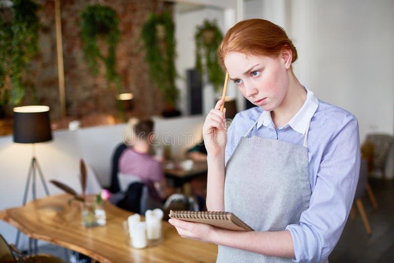Kelnerka przy pracą fotografia royalty free