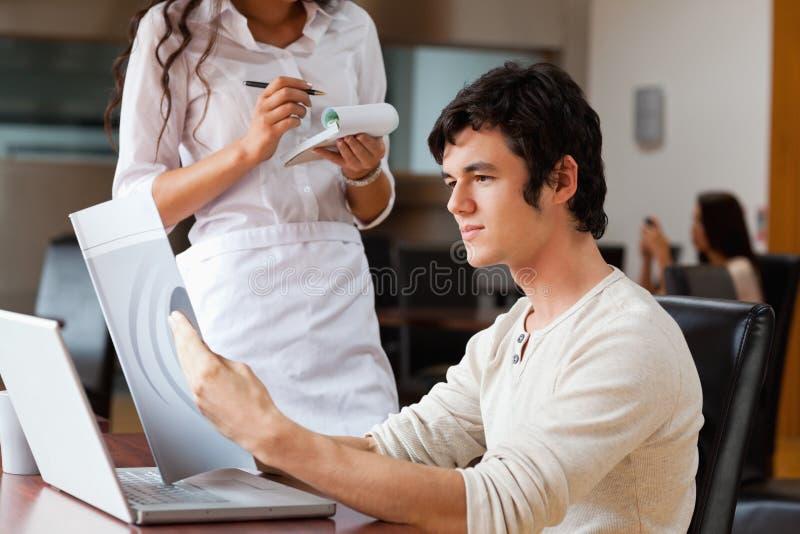 Kelnerka rozkazywać mężczyzna jedzenie obraz royalty free