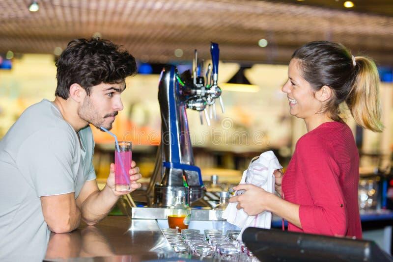 Kelnerka serwująca drinki klientowi w kawiarni obrazy royalty free