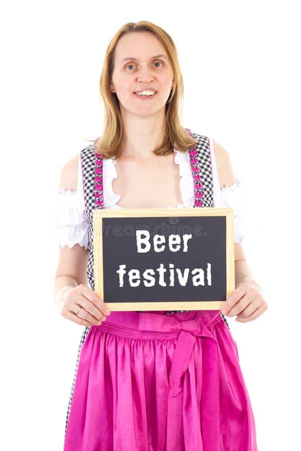 Kelnerka w dirndl pokazuje blackboard: Piwny festiwal zdjęcia stock