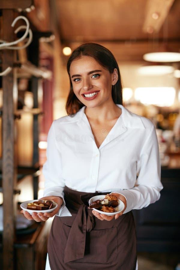 Kelnerka w kawiarni Kobieta Z Czekoladowymi cukierkami W ciasteczku zdjęcia royalty free