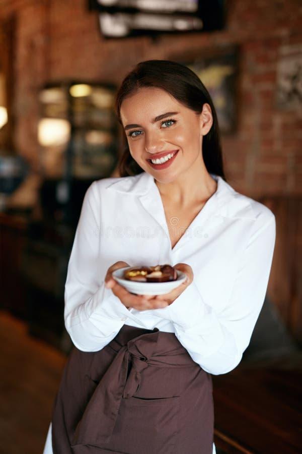 Kelnerka w kawiarni Kobieta Z Czekoladowymi cukierkami W ciasteczku obrazy royalty free