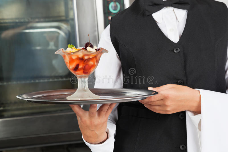 Kelnerka Z Deserową tacą zdjęcia stock