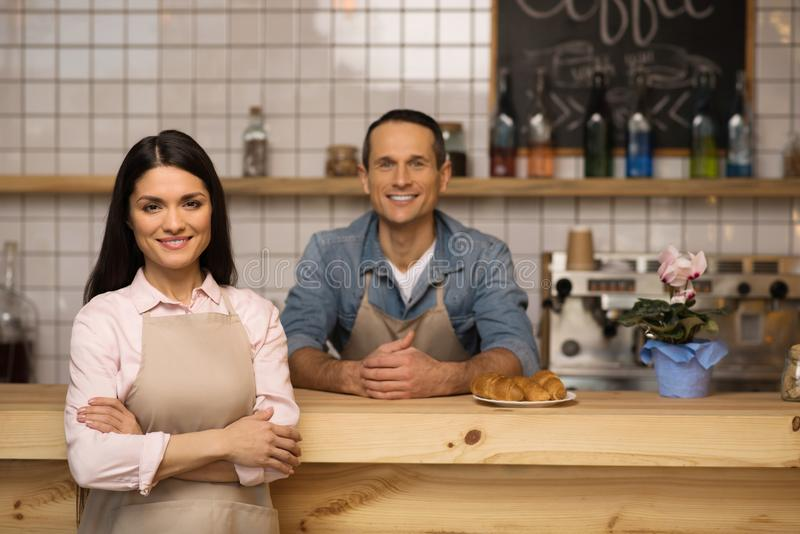 Kelnerka z krzyżować rękami w sklep z kawą obraz stock