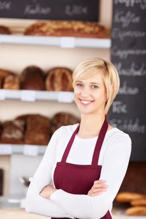 Kelnerka Z ręki Krzyżującą pozycją W piekarni fotografia royalty free