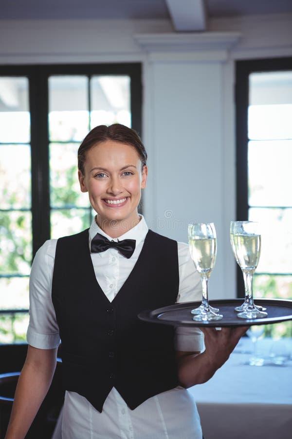 Kelnerka z tacą flet szampan fotografia royalty free