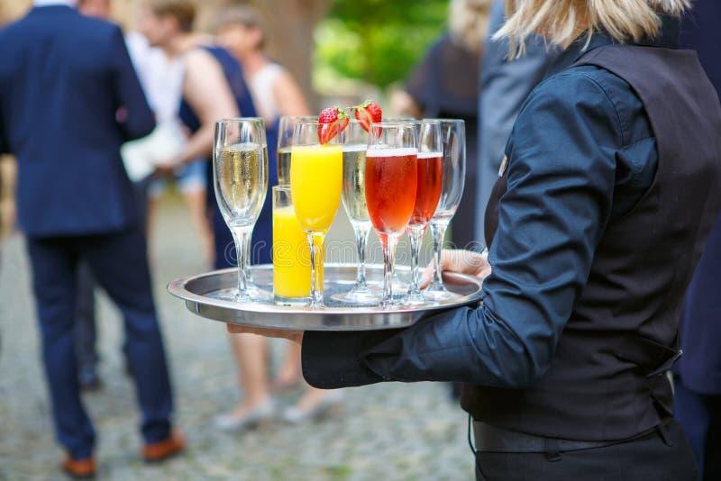kelnerka z tacą szkła różni napoje przy wedd fotografia stock