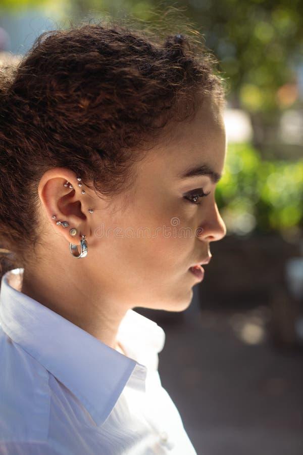 Kelnerka z ucho przebija patrzeć daleko od zdjęcia royalty free