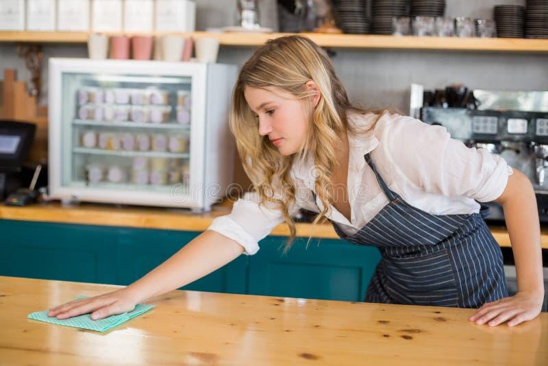 Kelnerki cleaning kawiarni kontuar zdjęcie royalty free