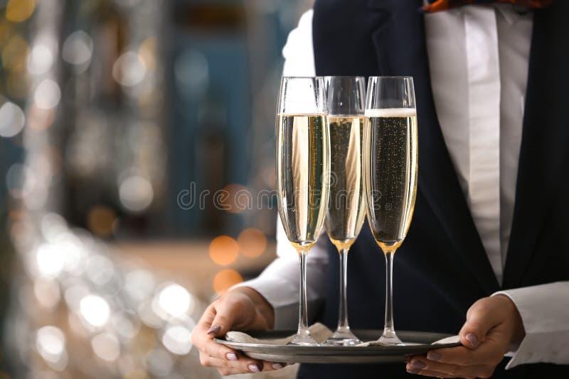 Kelnerki mienia taca z szkłami szampan przy przyjęciem fotografia royalty free