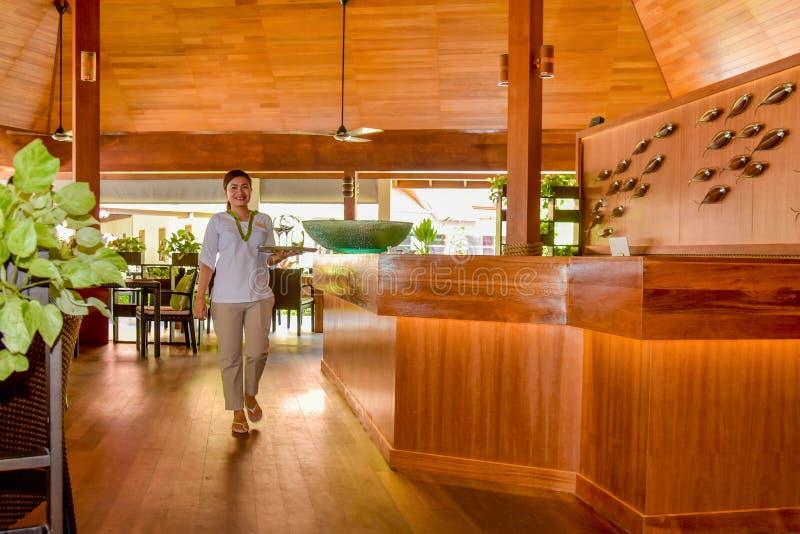 Kelnerki odprowadzenie z szkłami na tacy w pięknej restauracji obraz royalty free