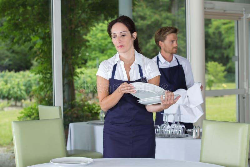 Kelnerki położenia stół w restauraci fotografia royalty free