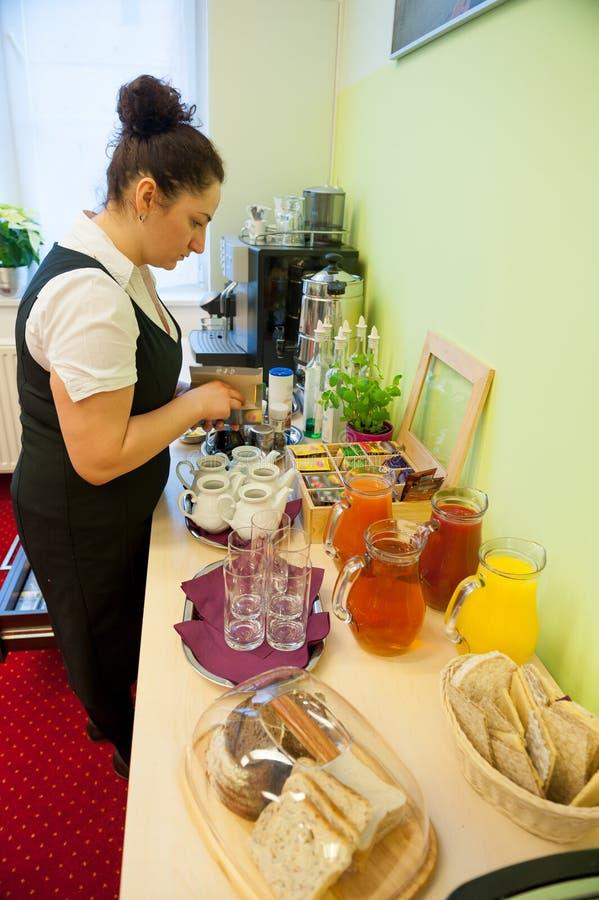 Kelnerki porci śniadanie obrazy royalty free