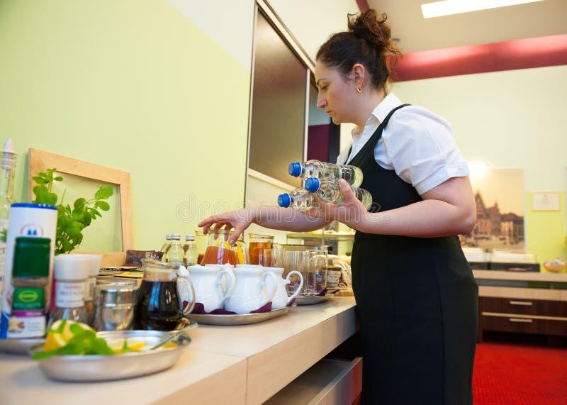 Kelnerki porci śniadanie zdjęcia stock