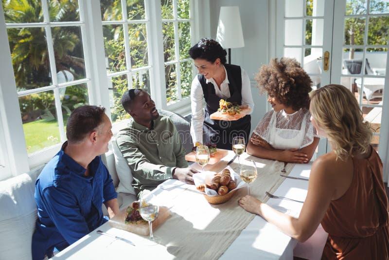 Kelnerki porci jedzenie klienci obrazy royalty free