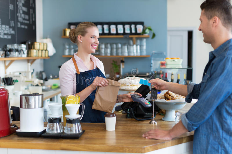 Kelnerki porci klient przy sklep z kawą obrazy royalty free