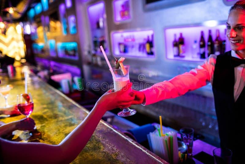 Kelnerki porci koktajl zdjęcia stock