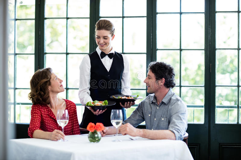 Kelnerki porci posiłek para obrazy stock