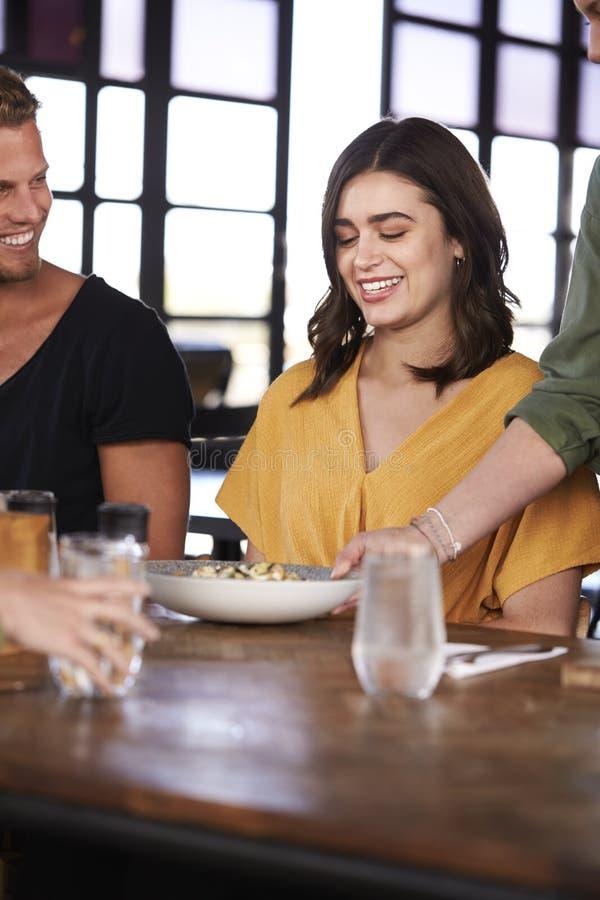 Kelnerki porcji pary spotkanie Dla napojów I jedzenia W restauracji zdjęcie stock