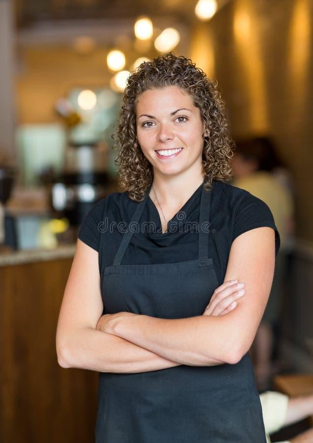 Kelnerki pozyci ręki Krzyżować W kawa espresso barze obrazy royalty free